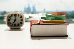 Libro, reloj y etiquetas engomadas Foto de archivo