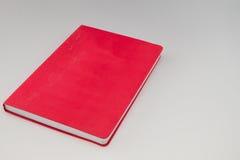 Libro rosso in bianco isolato Fotografia Stock