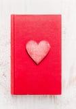 Libro rosso del diario con cuore su fondo di legno bianco, vista superiore Scheda di giorno dei biglietti di S Immagini Stock Libere da Diritti