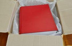 Libro rosso in scatola di carta marrone Immagine Stock Libera da Diritti