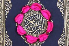 Libro sacro del Corano con le foglie del fiore Immagine Stock