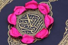 Libro sacro del Corano con le foglie del fiore Fotografie Stock