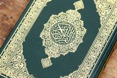Libro sagrado del Corán imagenes de archivo