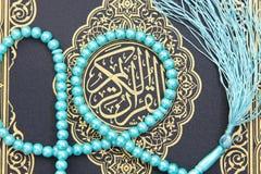Libro sagrado del Corán con el rosario Fotografía de archivo libre de regalías