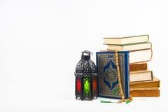 Libro sagrado del Corán de musulmanes con el árabe o Marruecos aligerado del estilo de la linterna imagen de archivo