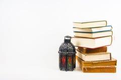 Libro sagrado del Corán de musulmanes con el árabe o Marruecos aligerado del estilo de la linterna fotos de archivo