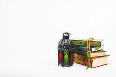 Libro sagrado del Corán de musulmanes con el árabe o Marruecos aligerado del estilo de la linterna imagen de archivo libre de regalías
