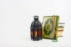 Libro sagrado del Corán de musulmanes con el árabe o Marruecos aligerado del estilo de la linterna foto de archivo