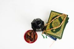 Libro sagrado del Corán de musulmanes con el árabe o Marruecos aligerado del estilo de la linterna fotografía de archivo libre de regalías
