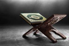 Libro sagrado del Quran de musulmanes imagenes de archivo