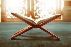 Libro sagrado del Quran de musulmanes fotos de archivo