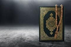 Libro sagrado del Quran en el piso fotografía de archivo libre de regalías