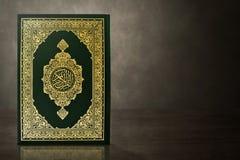 Libro sagrado del Quran en la tabla imagen de archivo libre de regalías
