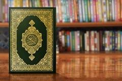 Libro sagrado del Quran en la tabla fotos de archivo