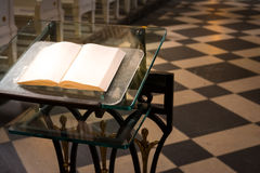 Libro sagrado interior B de la iglesia del podio de la biblia de la adoración religiosa del altar Imagen de archivo
