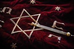 Libro santo de Torah cubierto con la lona roja imagenes de archivo