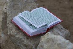 Libro santo islámico árabe del koran Imágenes de archivo libres de regalías