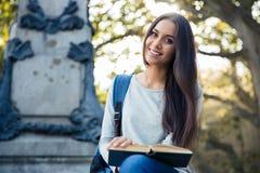 Libro sorridente della holding dell'allievo femminile Fotografia Stock