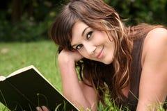 Libro splendido della giovane signora lettura Fotografia Stock