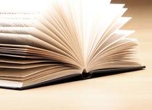 Libro su una tabella spalancata Immagini Stock Libere da Diritti