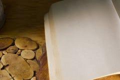 Libro su una vecchia superficie di legno immagini stock libere da diritti