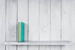 Libro su uno scaffale di legno Fotografia Stock Libera da Diritti