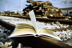 Libro sui binari ferroviari Fotografia Stock