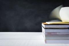 libro sul fondo bianco del bordo del nero della tavola Immagini Stock Libere da Diritti