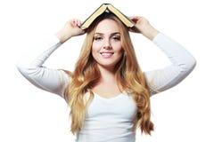 Libro sulla sua testa Fotografia Stock Libera da Diritti