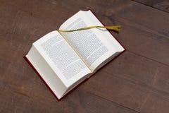 Libro sulla tabella fotografia stock libera da diritti