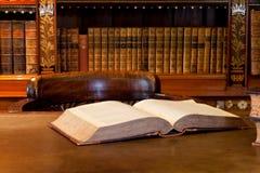 Libro sulla tabella delle biblioteche Immagine Stock Libera da Diritti