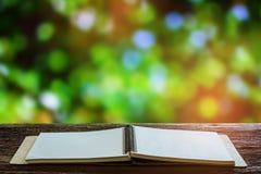 Libro sulla tavola di legno Fotografie Stock Libere da Diritti