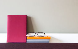 Libro, taccuini e vetri sullo scaffale Fotografia Stock