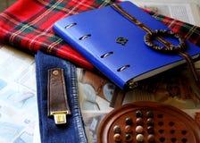 Libro, tessuto e strumenti fotografie stock