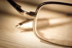 Libro, vaschetta e vetri dell'annata fotografia stock libera da diritti