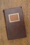 Libro viejo cerrado en un vector de madera Fotografía de archivo