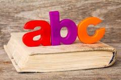Libro viejo con el deletreo de ABC Fotos de archivo