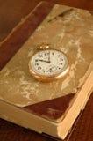 Libro viejo con el reloj de bolsillo Foto de archivo libre de regalías