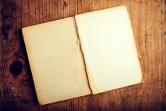 Libro viejo con las paginaciones en blanco imagenes de archivo