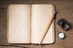 Libro viejo de la abertura en blanco Imagen de archivo libre de regalías