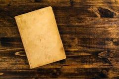 Libro viejo del vintage en la tabla de madera rústica imagenes de archivo