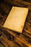 Libro viejo del vintage en la tabla de madera rústica fotografía de archivo libre de regalías
