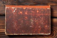 Libro viejo en fondo de madera imagen de archivo libre de regalías