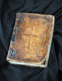 Libro viejo en fondo negro Biblia cristiana antigua Antigüedad H Foto de archivo