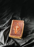Libro viejo en fondo negro Biblia cristiana antigua Antigüedad s Fotos de archivo libres de regalías