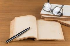 Libro viejo en la tabla de madera fotografía de archivo