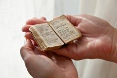 Libro viejo en manos imagenes de archivo