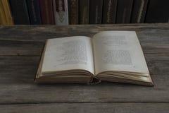 Libro viejo en una tabla de madera vieja Fotografía de archivo libre de regalías
