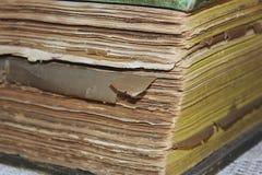 Libro viejo resistido que miente en su lado fotos de archivo libres de regalías