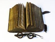 Libro viejo y gafas Imágenes de archivo libres de regalías